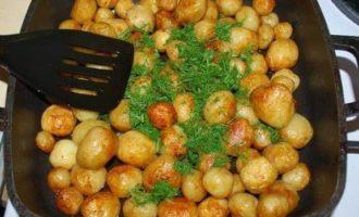 Cartofi noi cu usturoi și mărar la tigaie