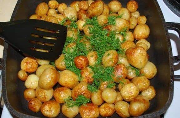 Cartofi noi cu usturoi și mărar la tigaie • Gătim Acasă