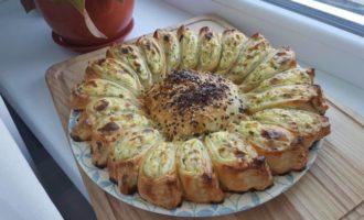 Plăcintă-floare cu brânză și verdeață