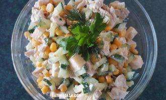 Salată cu porumb dulce, cașcaval și piept de pui