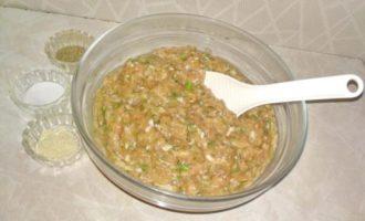 Amestecăm ingredintele cu tocătura de pui