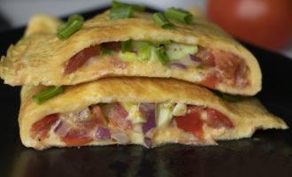 Rețeta omletă sănătoasă cu avocado, roșii și ceapă