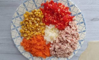 ingredientele pentru tarta cu ton conservat si porumb