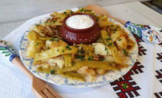 Cartofi cu păstăi și usturoi la tigaie