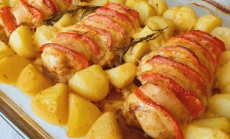 Rețeta Piept de pui cu roșii, cașcaval și cartofi la cuptor